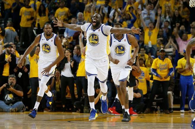 Los jugadores de Golden State celebran su victoria, este domingo.
