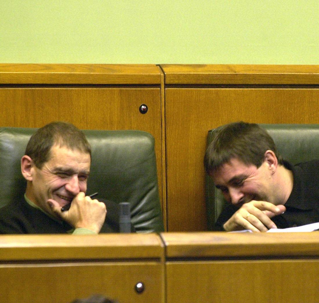 'Josu Ternera' y Arnaldo Otegi se ríen durante una sesión del...