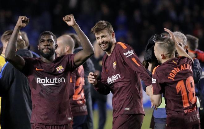 Umtiti (izda), Piqué y Jordi Alba (dcha) celebran el título de Liga.