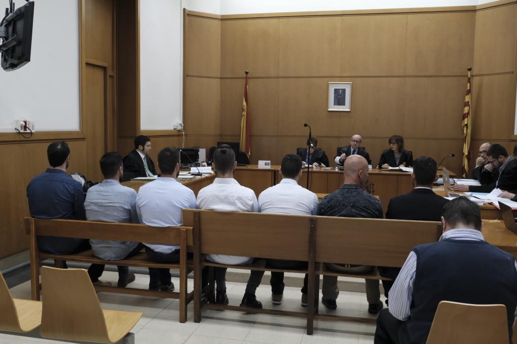 Siete mossos niegan al juez haber golpeado con porras a tres detenidos en el desalojo de 'Can Vies' 15250891096636