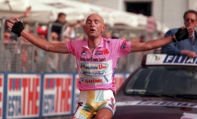 Pantani celebra la victoria de etapa en Montecampione, el junio de 1988.