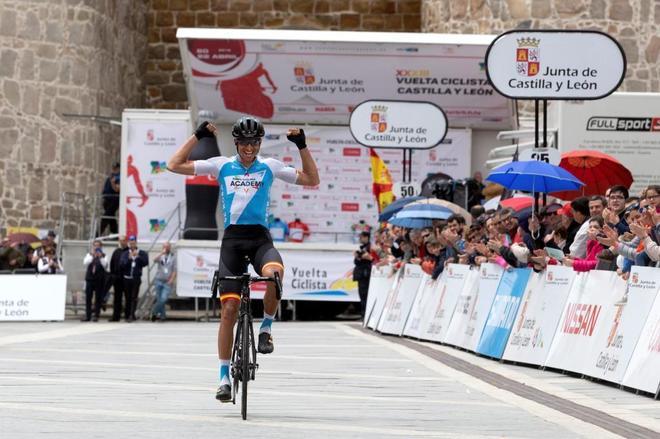 Rubén Plaza, celebrando su victoria en la Vuelta Ciclista a Castilla y León.