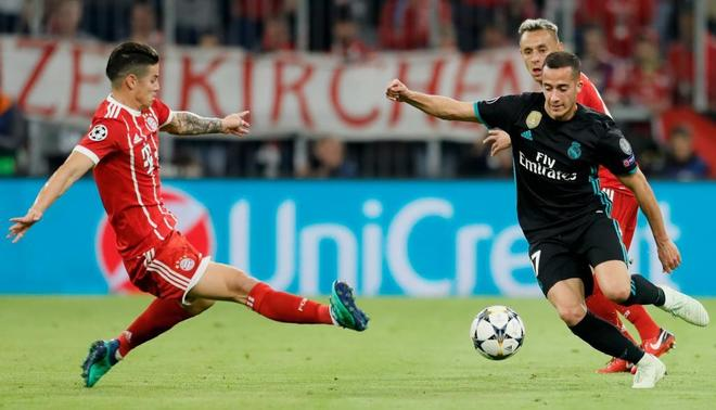 Lucas Vázquez disputa con James un balón, en el encuentro de ida en...