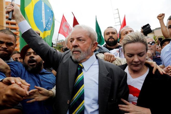 El ex presidente brasileño Lula da Silva llegando al tribunal para uno de sus juicios.