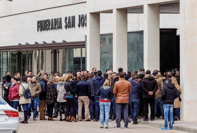 Decenas de personas acuden al tanatorio de Burgos para dar su último...