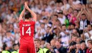 Xabi Alonso, aplaudido por el público, se despide del Bernabéu, en...
