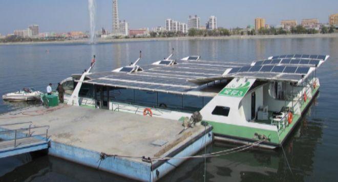 Placas solares en el techo de un embarcación, en Pyongyang.