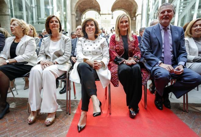 Cristina Cifuentes, segunda por la derecha, en su última celebración del 2 de mayo como presidenta.