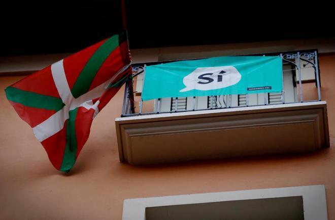 Una ikurriña luce en un balcón de Pamplona junto a una bandera en...