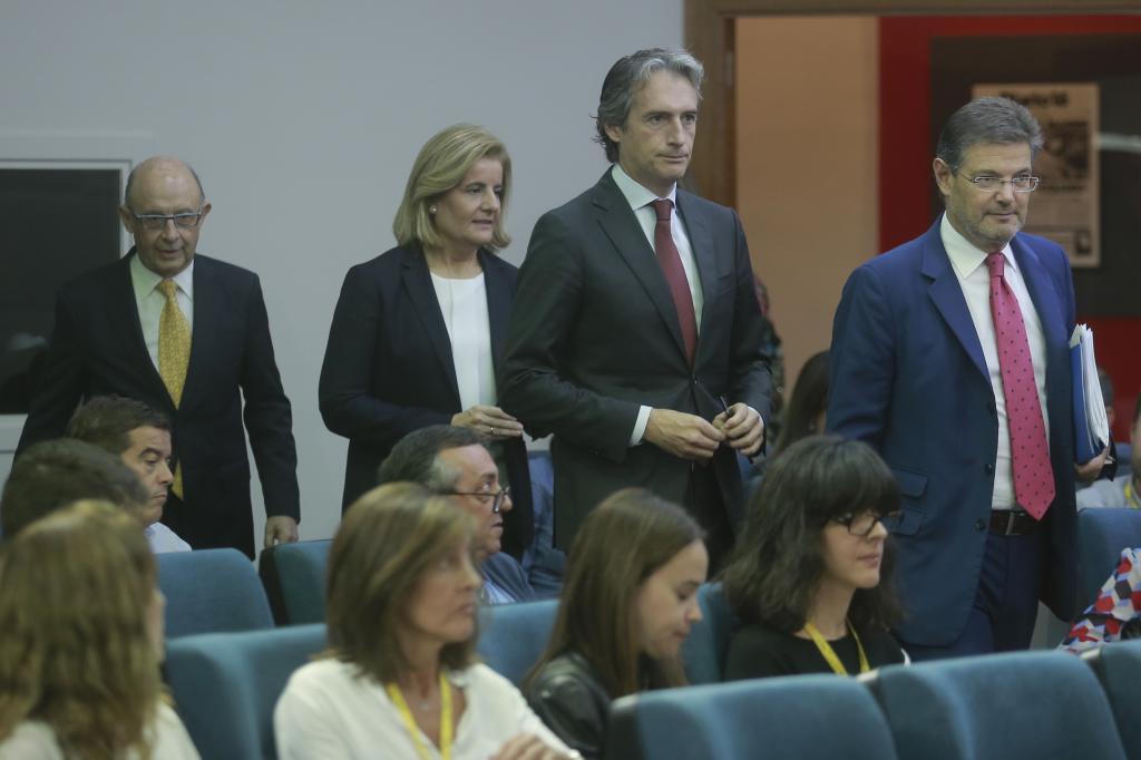 Los ministros de Hacienda, Cristóbal Montoro; de Empleo, Fátima Báñez; de Fomento, Íñigo de la Serna y de Justicia, Rafael Catalá, a su llegada a un Consejo de Ministros.