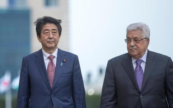 El primer ministro japonés Shinzo Abe y el palestino Abu Mazen, en Ramala, Cisjordania.