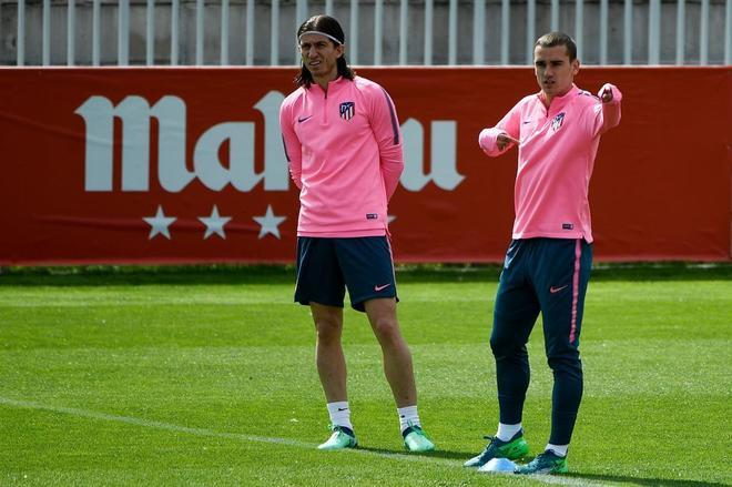 Filipe Luis y Griezmann, durante el entrenamiento del Atlético.