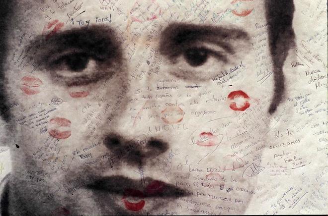 Cartel con la imagen de Miguel Ángel Blanco, con dedicatorias de los...