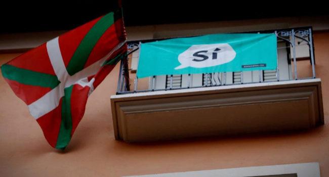 Una ikurriña en un balcón de Pamplona junto a una bandera en favor...