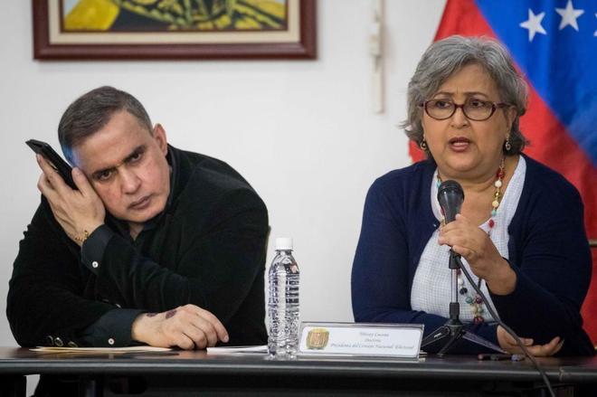 La presidenta del Consejo Nacional Electoral (CNE) de Venezuela junto a Tarek William Saab.