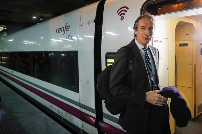 El ministro de Fomento, Íñigo de la Serna, se sube a un AVE con destino Barcelona.