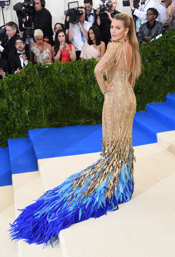 Inspirado en la fisionomía de un ave, su vestido dorado firmado por...