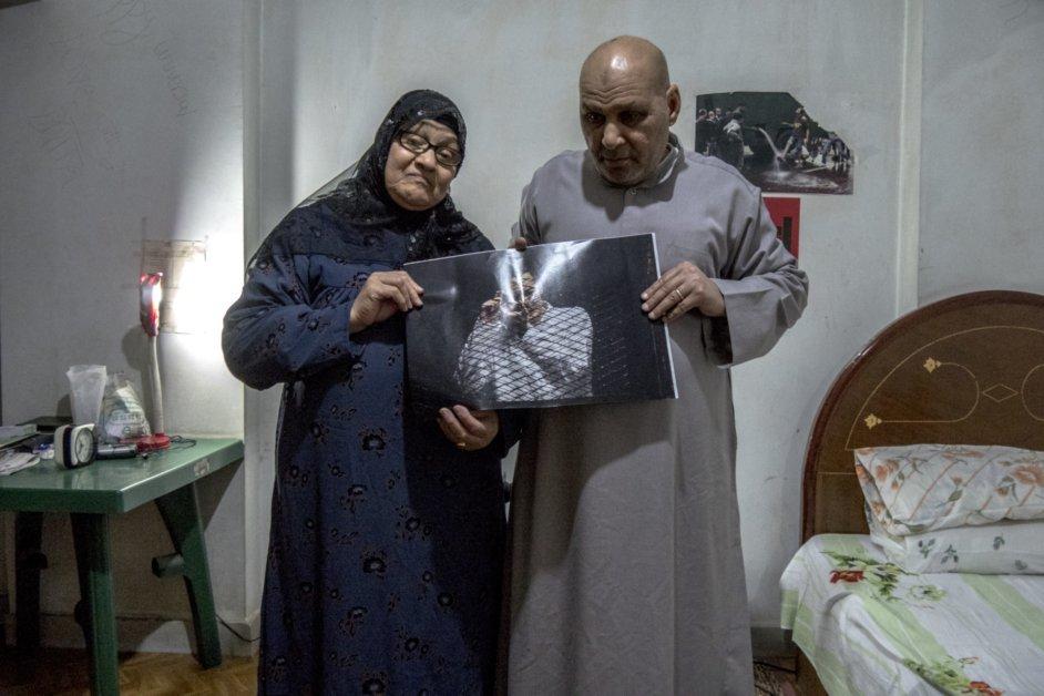 Los padres de Mahmud Abu Zeid ('Shawkan') muestran una foto de su...