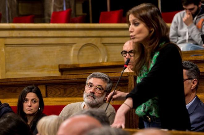 Los diputados de la CUP Carles Riera (c) y Maria Sirvent (i) observan a la diputada del PP Andrea Levy (d) durante su intervención
