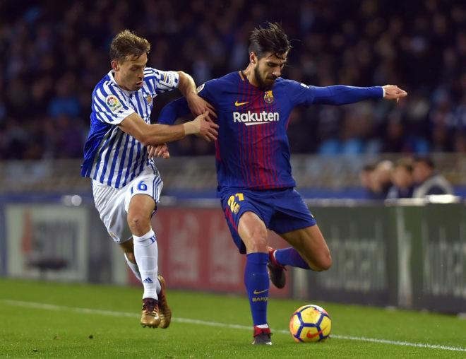 André Gomes conduce el balón en presencia de Sergio Canales en Anoeta.