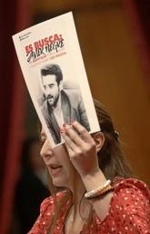 La diputada de Ciudadanos Sonia Sierra sostiene un cartel de los CDR...