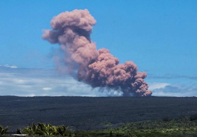 Una columna de ceniza se eleva sobre el volcán Kilauea en Hawai.