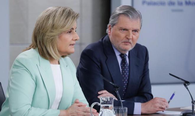 Fátima Báñez e Íñigo Méndez de Vigo, en rueda de prensa tras el Consejo de Ministros.