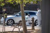 Agentes de la Guardia Civil inspeccionan el vehículo tiroteado.