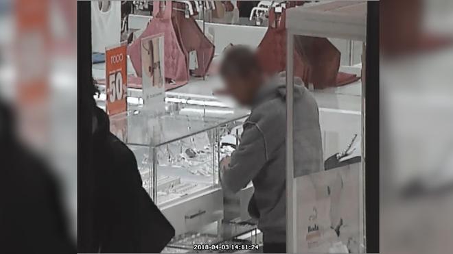 28802c57babd Uno de los ladrones actuando en una joyería de un centro comercial. EL MUNDO