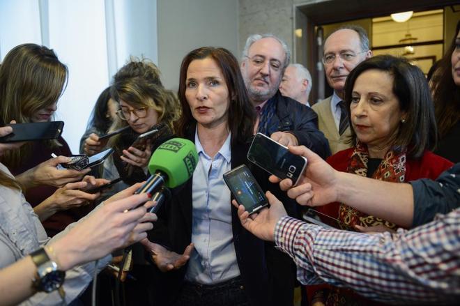 La diputada socialista Mari Luz Martínez Seijo, junto a la portavoz...