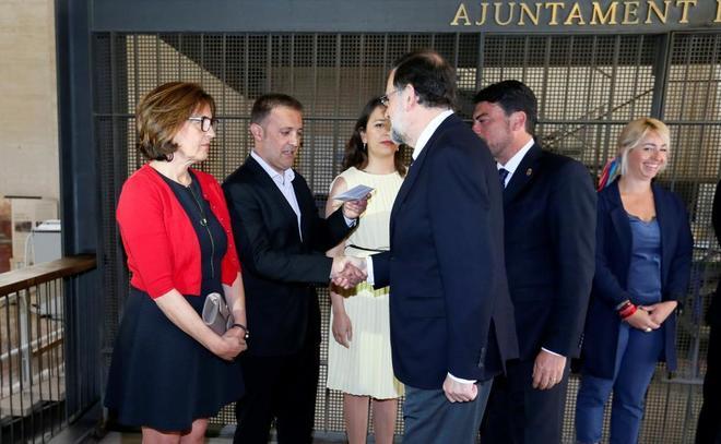 Mariano Rajoy saluda al portavoz de Compromís, Natxo Bellido, en el...