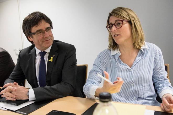 El ex presidente de la Generalitat de Cataluña Carles Puigdemont, junto a la portavoz de JxCat, Elsa Altadi, durante la reunión hoy en Berlín.