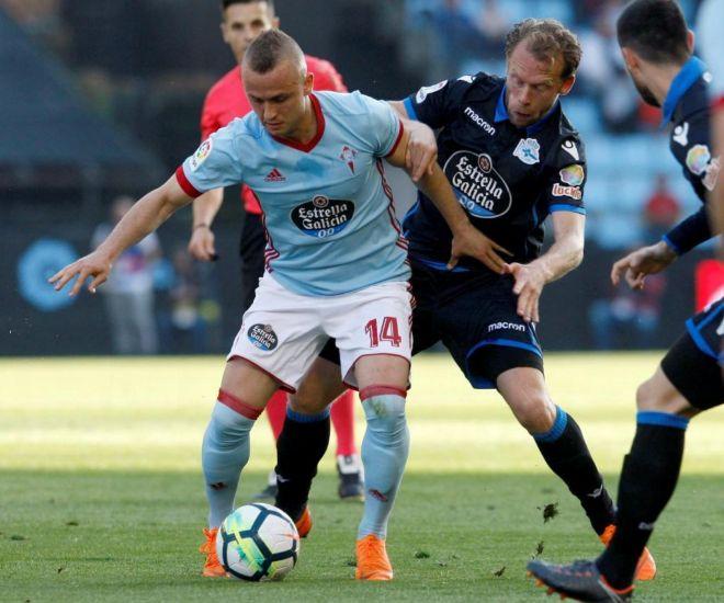 Lobotka, del Celta, protege el balón ante la marca de dos jugadores del Deportivo.