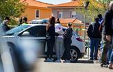 La hija de la víctima, en el centro, es conoslada por dos familiares.