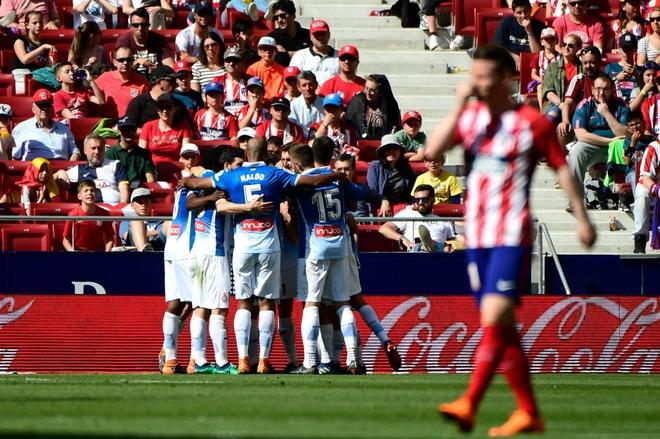 Los jugadores del Espanyol celebran uno de sus dos goles.