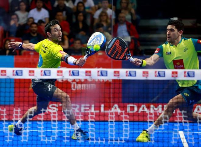 Maxi Sánchez (d) y Sanyo Gutiérrez devuelven la bola durante la final de Zaragoza.