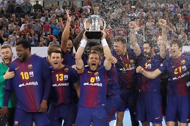 El Barcelona Lassa levanta el trofeo de la Copa del Rey de Balonmano.