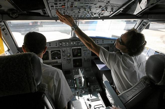 Pilotos de Iberia en la cabina de un avión.
