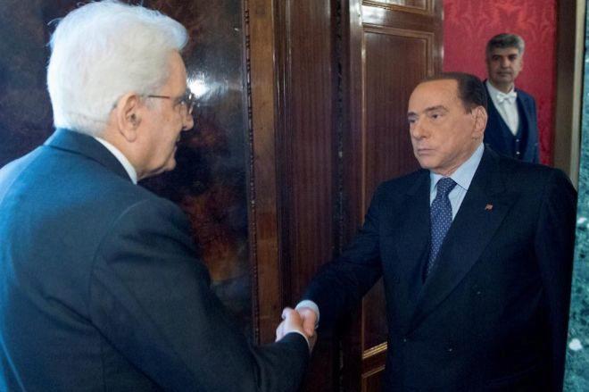 El presidente italiano, Sergio Mattarella, saluda al ex primer ministro, Silvio Berlusconi.
