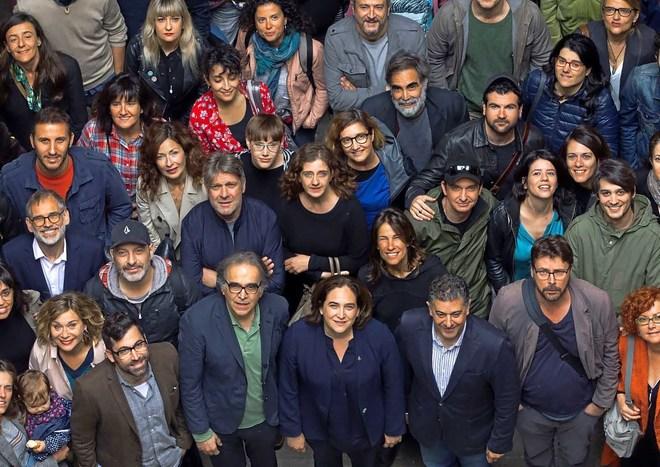 Foto de familia con los participantes del Grec, con Ada Colau en el centro, rodeada del director del festival, Cesc Casadesús, y Joan Subirats.