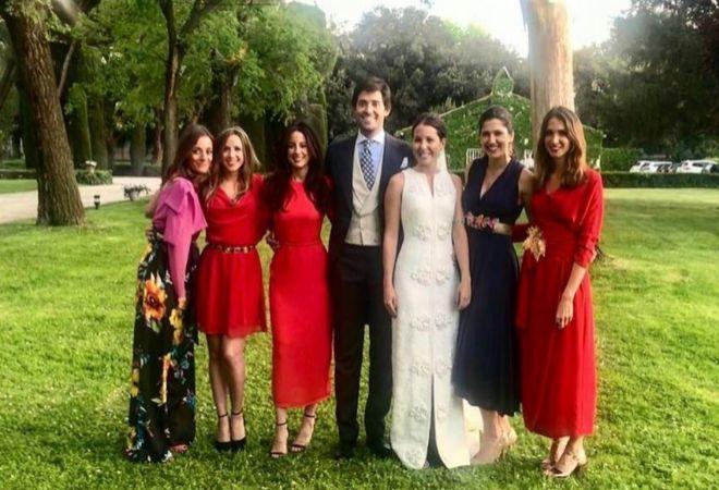 Los novios, en el centro, con algunas invitadas.