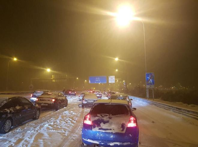 Vehículos atascados en la nieve durante la noche del pasado 7 de enero.