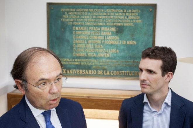El presidente del Senado, Pío García-Escudero, junto a Pablo Casado