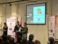 Justo Hernández recoge de manos de Florito el I Premio de los Veterinarios de Las Ventas