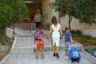 Una madre acompañando a sus hijos al colegio
