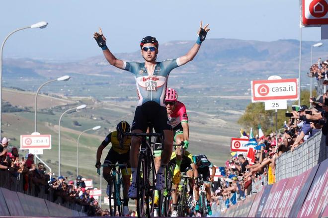 Tim Wellens celebra su triunfo en Caltagirone.