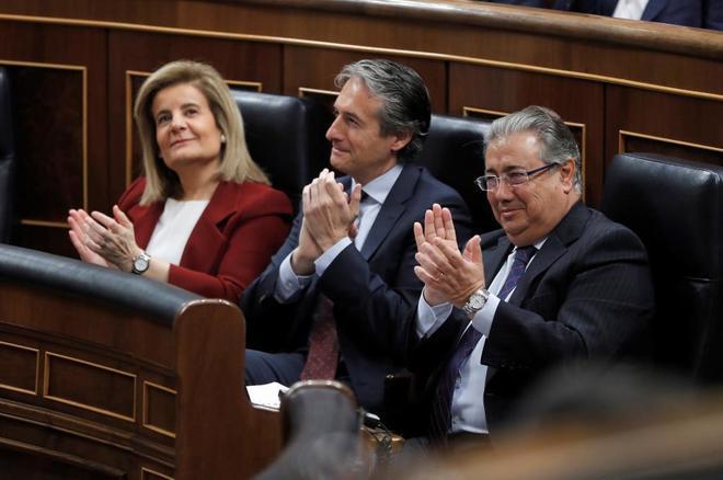De la Serna, flanqueado esta mañana en el Congreso por la ministra de Empleo y el de Interior.