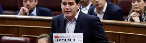 Albert Rivera muestra hoy la portada de EL MUNDO en el Congreso.