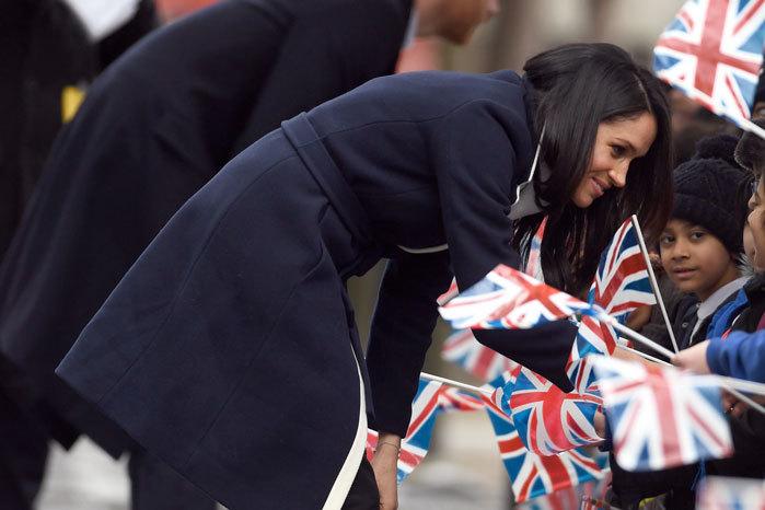 Sonriente y espontánea, Meghan se ha ganado a los británicos. Los niños y los jóvenes centran su atención.