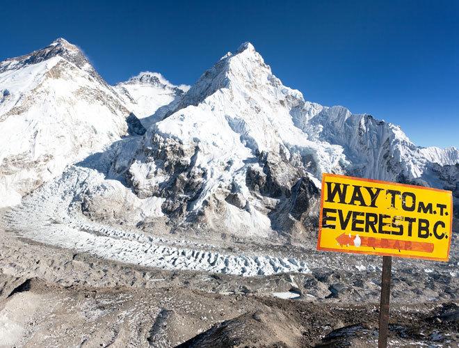 El cartel que indica el camino hacia el Monte Everest.